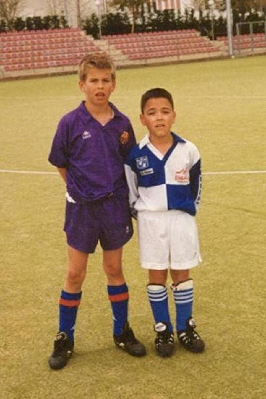 10 yaşında Barcelona altyapısında forma giyen Gerard Pique, 2004'te 17 yaşında Sir Alex Ferguson tarafından keşfedildi.