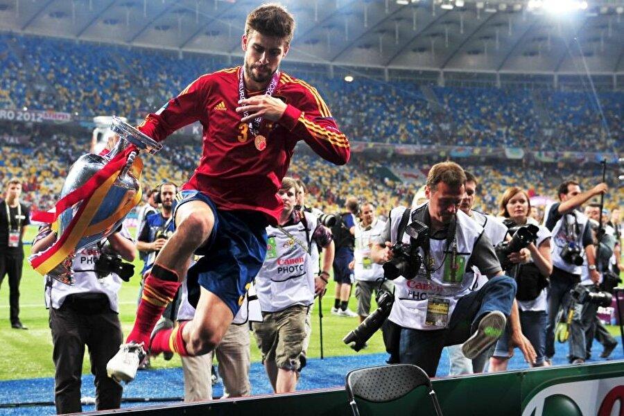 Pique, İspanya Milli Takımı ile 2008 ve 2012 yıllarında Avrupa Şampiyonluğu başarısı yaşadı.