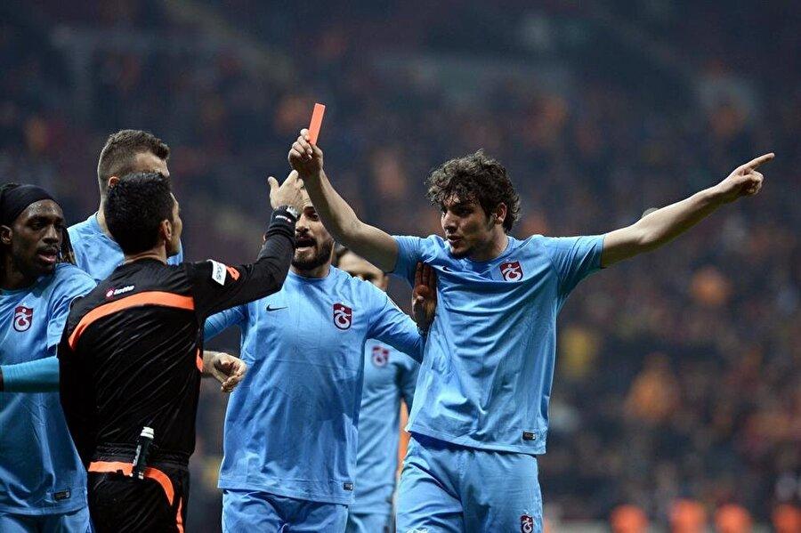 Bu görüntü akıllara Trabzonsporlu Salih Dursun'un 22 Şubat 2016'daki Galatasaray maçında hakem Deniz Ateş Bitnel'e kırmızı kart göstermesi geldi.