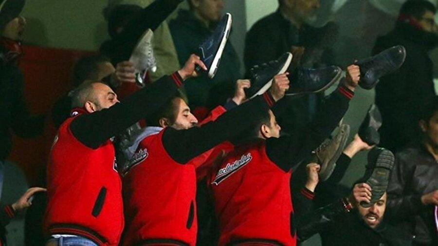 Kırmızı-siyahlı bazı taraftarlar ayakkabılarını çıkararak Beşiktaş Teknik Direktörü Şenol Güneş'i protesto etti.