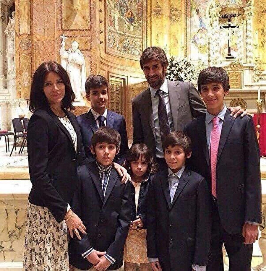 İspanya Milli Takımı formasını uzun yıllar boyunca terleten Raul, 1999'da yaşamını Mamen Sanz ile birleştirdi. Çiftin 4 oğlu ve 1 kızı bulunuyor.