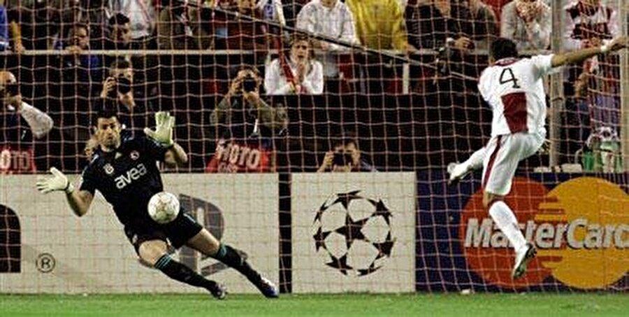 20. dakikada Deivid De Souza, Fenerbahçe'yi umutlandıran golü filelere gönderdi: 2-1. Mücadelenin 41. dakikasında Frederic Kanoute, Sevilla'yı 3-1 öne geçirdi. Ancak aranan gol gelmeyince bir üst tura çıkan ekibi belirlemek için maç penaltılara kaldı.