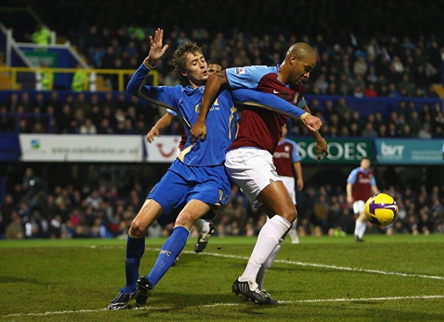 Crouch, 2008'de Portsmouth'a 13,5 milyon Euro'luk bedelle transfer oldu.