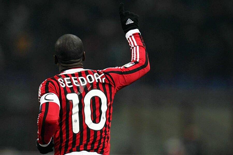 Hollandalı futbolcu 1 Temmuz 2002'de 22,5 milyon Euro'luk bonservis bedeliyle Milan'a imza attı.