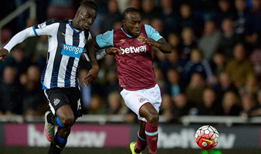 Moses, 2012'de Chelsea'ye transfer oldu. Sırasıyla Liverpool, Stoke City ve West Ham'da kiralık olarak top koşturan Moses, 2016'da Mavilere döndü.