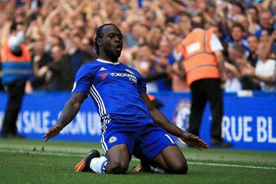 Moses, Chelsea forması altında 2012-2013 sezonunda UEFA Avrupa Ligi Kupası'nı kaldırdı. Moses'li Chelsea ayrıca 2017'de Premier Lig'de şampiyonluğa ulaştı.