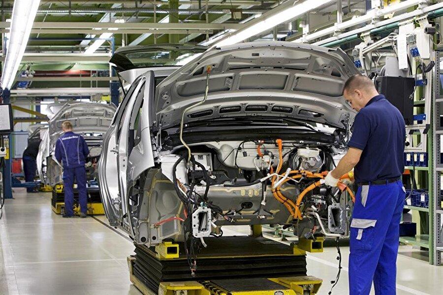 """Otomotiv Yerli otomobil üretimini hedefine koyan Türkiye, mevcut haliyle de otomotivde iddialı ülkeler arasında. Ana firmalara tedarik sağlayan yan sanayisiyle beraber otomotiv sektörü ekonomiye katkı sağlamayı sürdürüyor. Her ay açıklanan ihracat rakamlarında her zaman ilk sıralarda yer alan otomotiv sektörü 11 yıldır da ihracat şampiyonu. Uludağ Otomotiv Endüstrisi İhracatçıları Birliği (OİB) Yönetim Kurulu Başkanı Orhan Sabuncu, sektörün bu yı da bu iddiasını sürdüreceğini belirtiyor. 2017'deki otomotiv üretimini değerlendiren Sabuncu, """"2008 yılında gerçekleştirdiğimiz 24,7 milyar dolarlık ihracat rekorunu 11 ayda tazeledik. Kasım ayı itibariyle geçen seneye göre yüzde 21 artışla toplam 26 milyar dolar ihracata ulaşarak tüm zamanların rekorunu kırdık. Arka arkaya 11 yılın ihracat şampiyonuz, bu yıl 12'nci olacak"""" diye belirtiyor. OİB verilerine göre kasım ayında da ihracat bir önceki senenin aynı dönemine göre yüzde 17 artışla 2,6 milyar dolar oldu."""