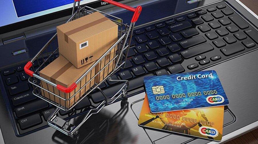 e-ticaret Türkiye'nin ticaretini dijital platformlara entegre etme hızı giderek artıyor. 2015 yılında 25 milyar liraya yaklaşan Türkiye e-ticaret cirosu, bir yılda yüzde 20'nin üzerinde büyüdü, 2016 yılı sonunda 30 milyar lirayı geçti. Bilişim Sanayicileri Derneği'nin (TÜBİSAD) online alışveriş sektörü araştırmasına göre E-ticarettte ödemelerin yüzde 85'inin kredi kartı, yüzde 11'inin kapıda ödeme, yüzde 4'ünün de EFT-havale yoluyla yapıldığı- nı belirtiliyor. Bankaların bir süre önce açıkladıkları verilere göre, 875 bini kredi kartı ile olmak üzere internet üzerinden yapılan günlük parasal işlem adedi 1 milyon 30 bine ulaştı.