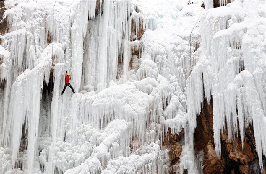 İranlı sporcu, Tahran'ın kuzeydoğusunda Meygun Şelalesi'ne tırmanıyor.  (Fotoğraflar as.com'dan alınmıştır)
