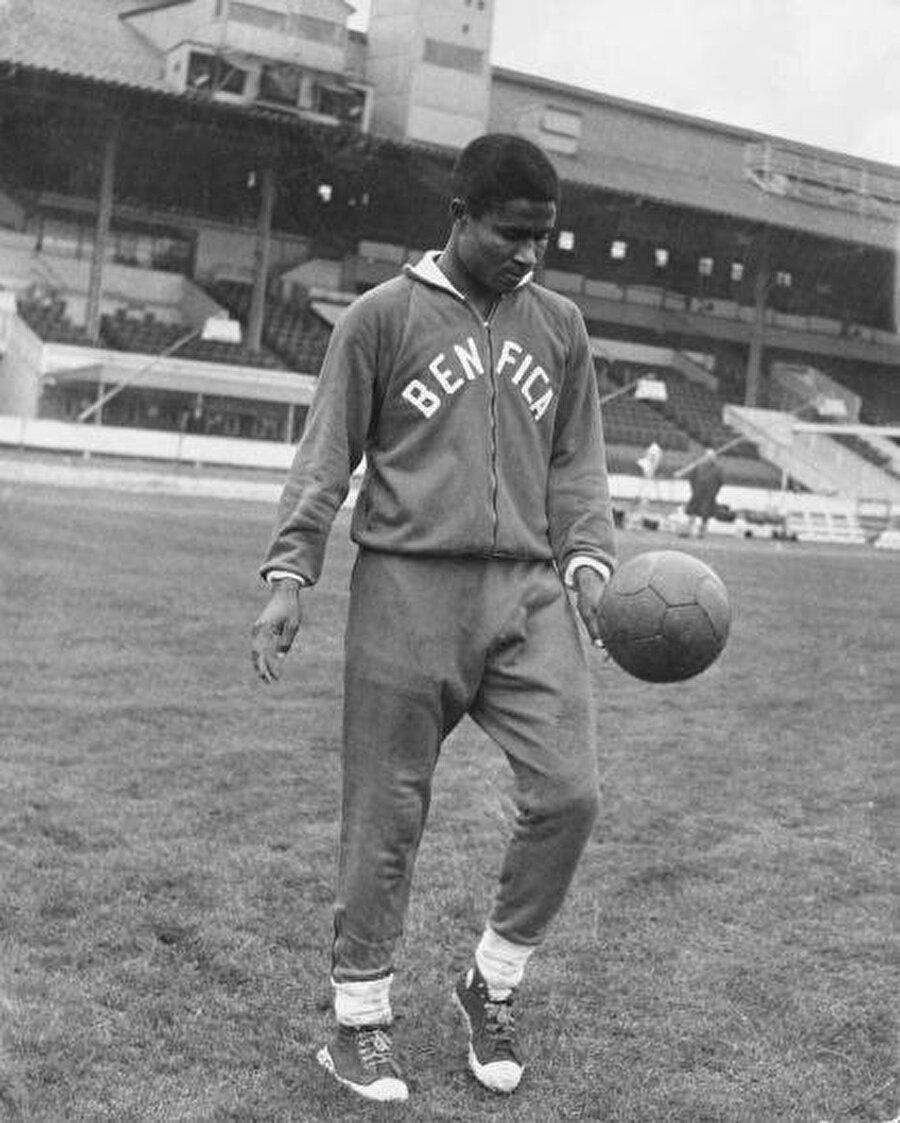 Eusebio profesyonel futbola 1957 yılında Sporting Lourenço Marques Kulübünde başladı. Bu kulüp Portekiz ekibi Sporting Lizbon'un kardeş takımıydı. 1957-1960 yılları arasında burada 44 maça çıkan Eusebio 77 gol kaydetti. Dikkatleri üzerine çeken Eusebio'nun Portekiz Ligi'ne gidip Sporting forması giymesine kesin gözüyle bakılıyordu. Ancak Benfica devreye girdi ve transferin yönünü değiştirdi.