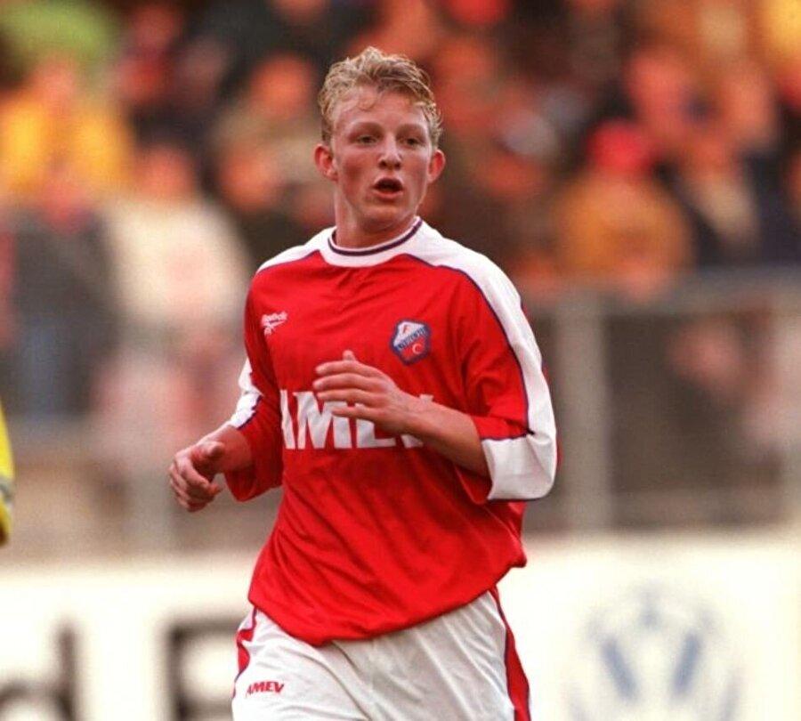 Dirk Kuyt, 22 Temmuz 1980'de Hollanda'nın küçük yerleşim yerlerinden biri olan Katwijk aan Zee'de dünyaya geldi. Kuyt'ın babası yaşadıkları kasabada balıkçılık yapıyordu ve ailesinin geçimini sağlamak için uğraşıyordu. Kuyt, 5 yaşındayken Quick Boys'ta oynamaya başladı. Sarı saçları ve renkli gözleriyle dikkat çeken Kuyt, 1998'de Utrecht'e transfer oldu. 1998-2003 yılları arasında burada forma giyen Kuyt 173 maça çıkıp 57 gol kaydetti.