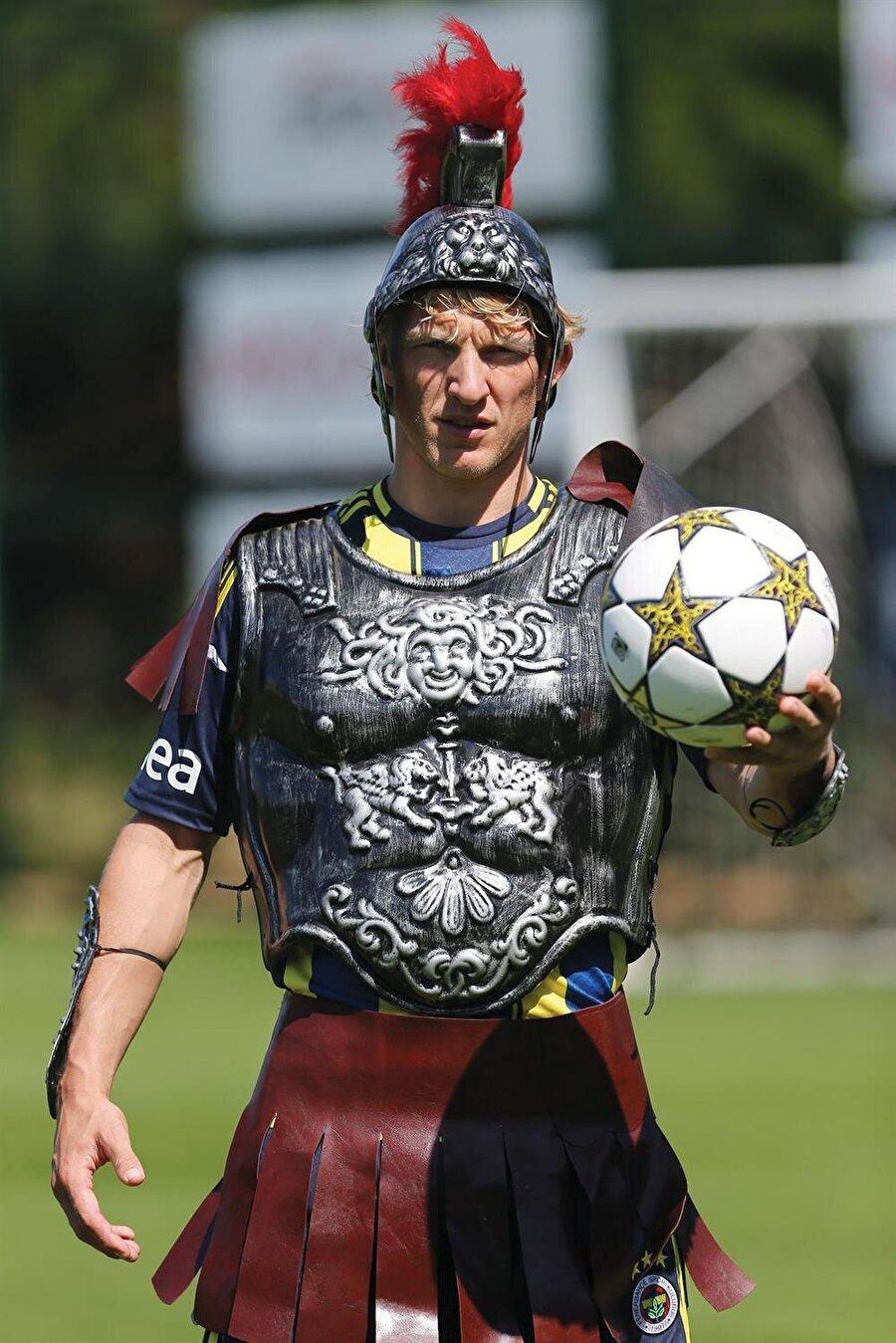 Liverpool taraftarının gönlünde taht kuran Dirk Kuyt, 1 Temmuz 2012'de 1 milyon Euro bonservis bedeliyle Fenerbahçe'ye imza attı.