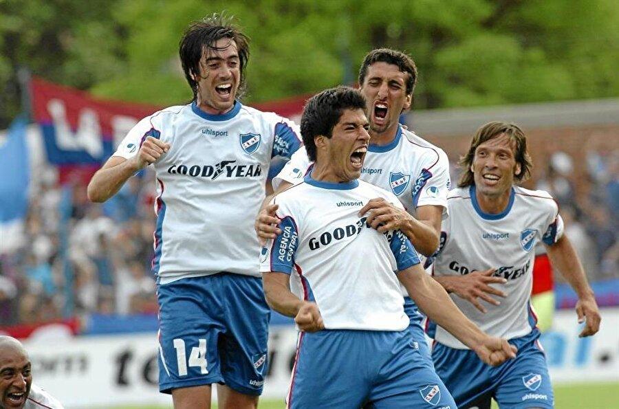 2005-2006 sezonunda Suarez, A Takıma yükseldi. Çıktığı 27 maçta 10 gol atan yetenekli futbolcu dikkatleri üzerine çekmeye başladı.