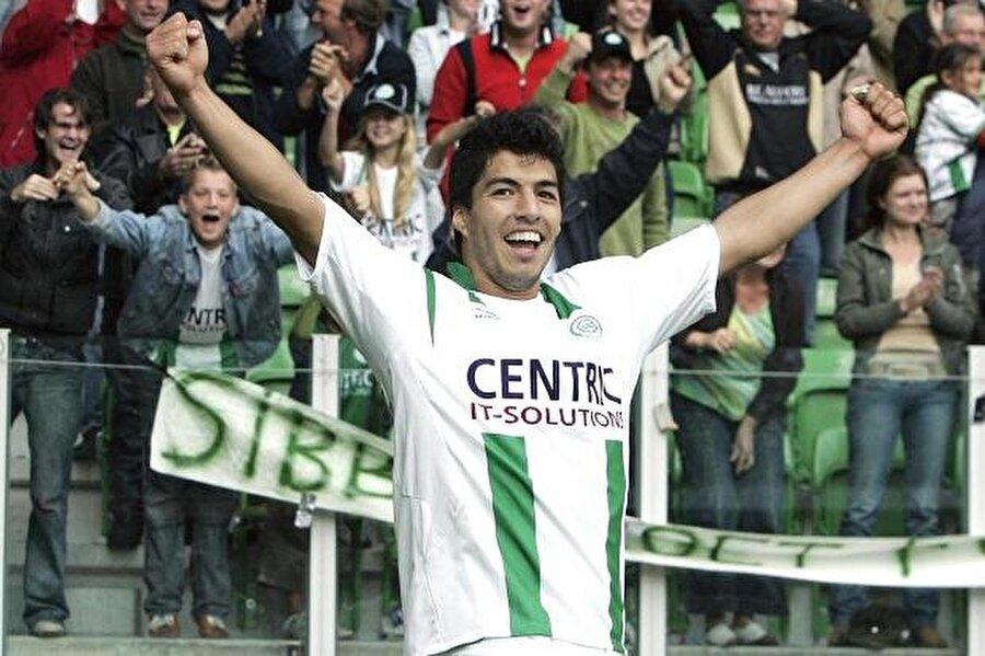 Uruguaylı futbolcunun yeteneklerinden etkilenen Ajax teknik heyeti Suarez'in takıma kazandırılmasını istedi.