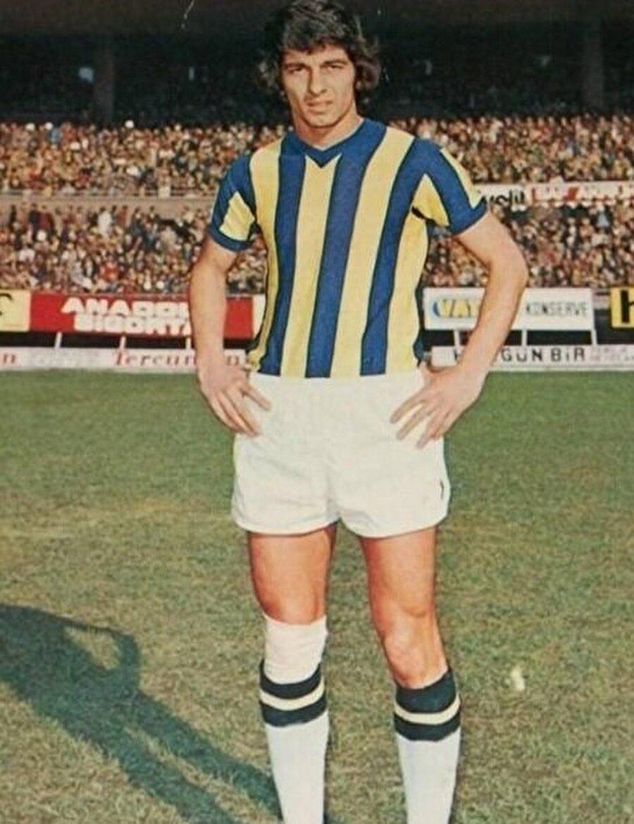 Alpaslan Eratlı 9 Kasım 1948'de İstanbul'da doğdu. İstanbul'un 'Sur içi' tabir edilen en tarihi semtlerinden biri olan Cerrahpaşa'da doğan Eratlı çocuk yaşta futbolla tanıştı. Elbette mahallede... Şimdilerde Davutpaşa Lisesi olan o zamanlarda Davutpaşa Ortaokulu olan binanın bahçesi seneler önce çocukların futbol oynadığı yerdi. Alpaslan Eratlı da okulun bahçesinde top oynarken keşfedildi ve Cerrahpaşa Spor ile idmanlara çıkmaya başladı. Kısa bir Cankurtan Spor macerası olan Eratlı ardından semtin diğer takımı Davutpaşa'ya geçti.