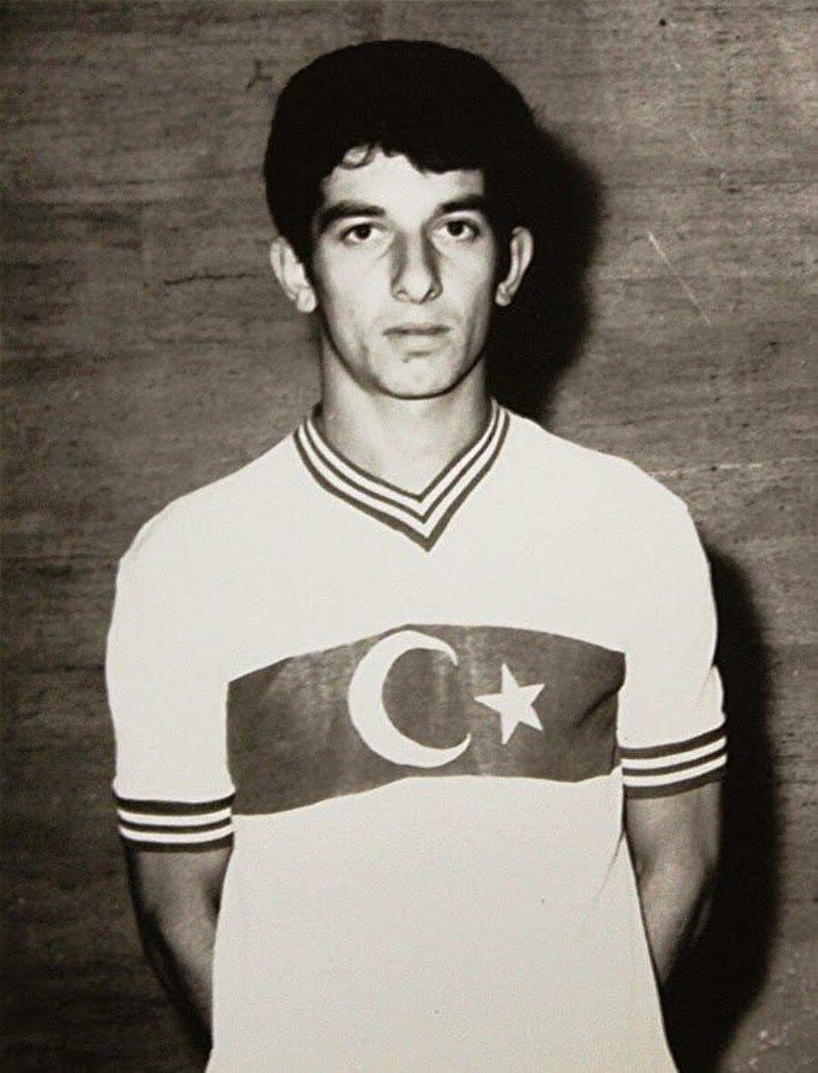 Alpaslan Eratlı aynı zamanda A Milli futbol takımı formasını 26 maçta terletti.