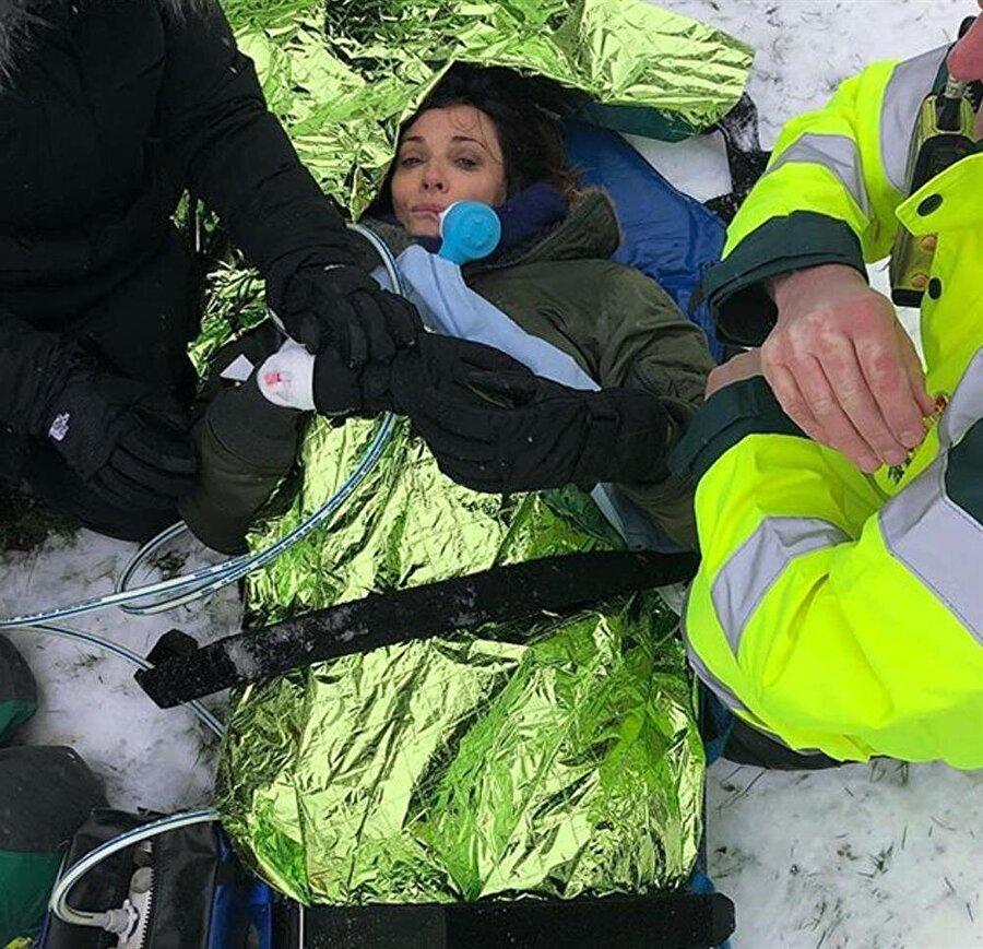 Sosyal medyadan paylaştı                                      Kaza anından bir fotoğrafı Instagram hesabından takipçileri ile paylaşan Sarah, olay anında kendisine verilen ağrı kesicinin ağrılarını dindirdiğini ama hala kırık olan bölgede acı hissettiğini yazdı. Sarah ayrıca, takipçilerine ucuz kayak takımı kullanmamalarını önerdi.