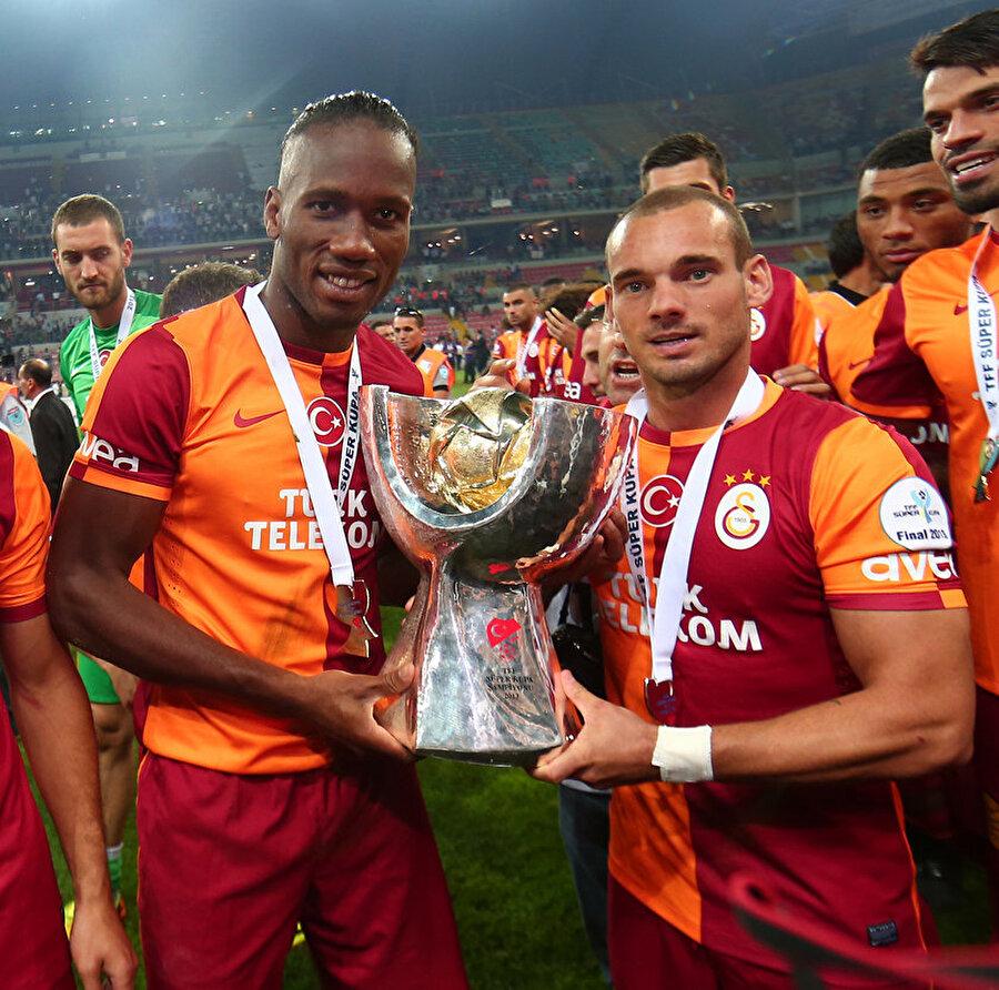Drogba, Galatasaray'da üç kupa kaldırdı. Süper Lig: 2021-2013     Türkiye Kupası: 2013-2014     Türkiye Süper Kupa: 2013
