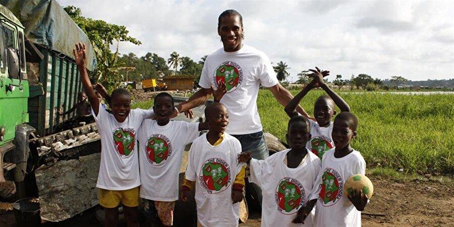 """Bu arada 2007 yılında Birleşmiş Milletler Gelişim Programı, Drogba'ya """"İyi Niyet Elçisi"""" unvanını verdi. Yetenekli futbolcu The Didier Drogba Foundation adındaki yardım kuruluşu vasıtasıyla ihtiyaç sahiplerine yardım ediyor."""
