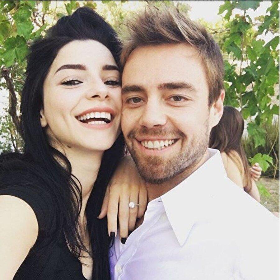 Sosyal medyayı salladı! Murat Dalkılıç ile evliliğini sonlandırmaya yakın, saçlarını önce kızıl sonra siyaha boyatan Boluğur, son olarak griye boyattığı saçlarıyla sosyal medyayı salladı.