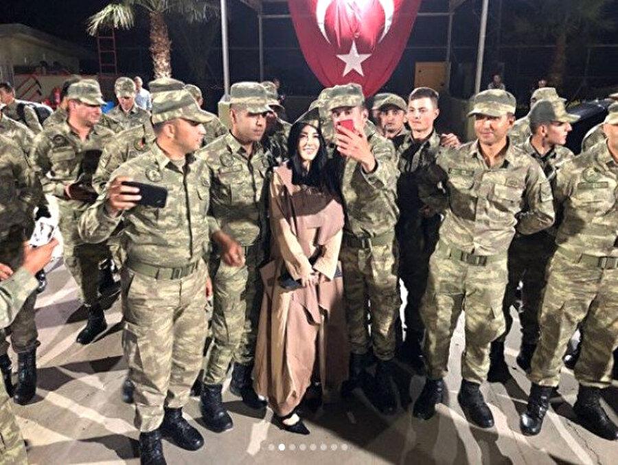 Samimi diyalog dikkatlerden kaçmadı Ziyaret sırasında karakoldaki askerlerle Hande Yener arasında yaşanan samimi diyalog, dikkatlerden kaçmadı.