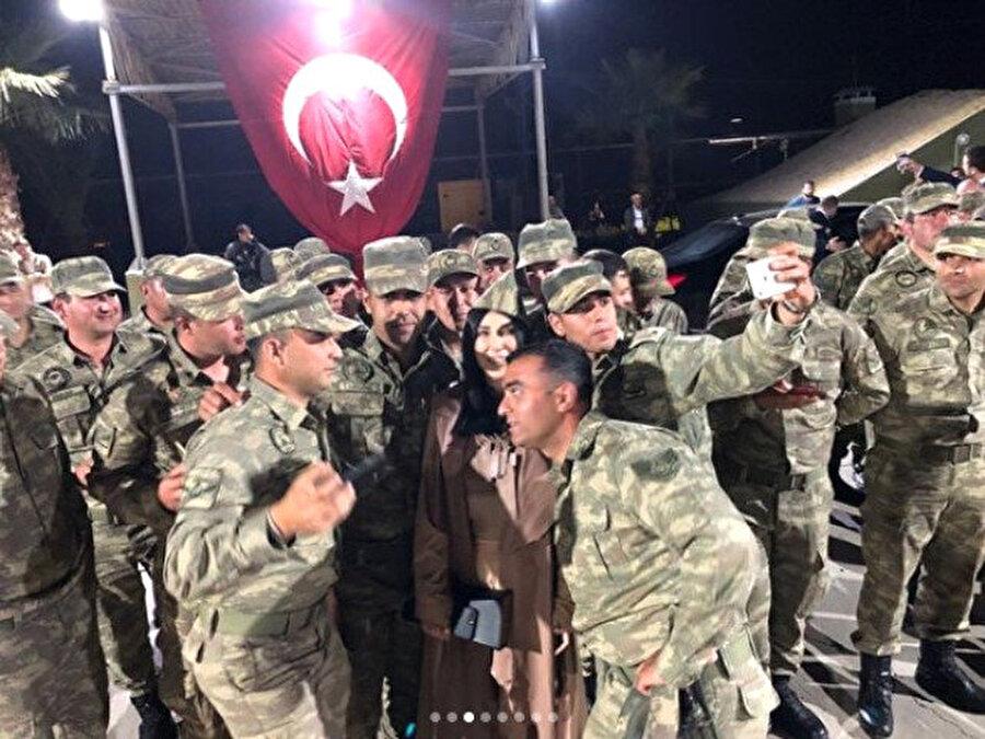 Geri çevirmedi! Askerlerle bol bol fotoğraf çektiren Yener, fotoğraf çekme isteklerinin hiçbirini geri çevirmedi.