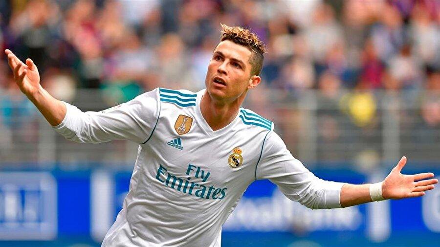 Saçlarına tutkun                                                                           Cristiano Ronaldo için bakımlı olmak birçok şeyden daha kıymetli. Portekizli futbolcu şık giyiminin yanı sıra özellikle saçlarına son derece özen gösteriyor. Yıldız futbolcunun bazı karşılaşmaların devre arasında saç modelini değiştirdiği bilinen bir gerçek.