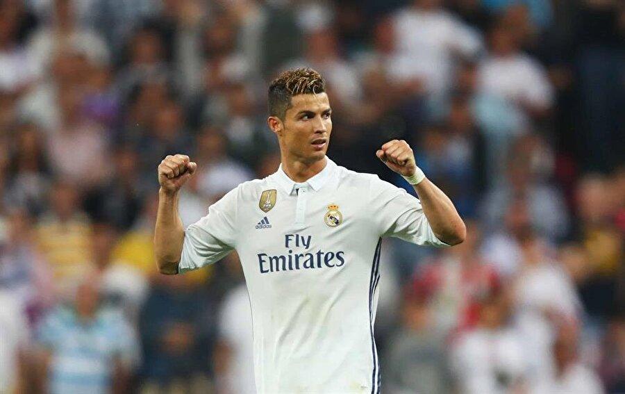 Tıraş olmadan asla                                                                           Dediğimiz gibi Ronaldo, kişisel bakımına son derece kıymet veriyor. Ronaldo her maçtan önce mutlaka sakal tıraşı oluyor. Ünlü futbolcu bu hareketiyle mesleğine ve taraftarlara duyduğu saygıyı gözler önüne seriyor.