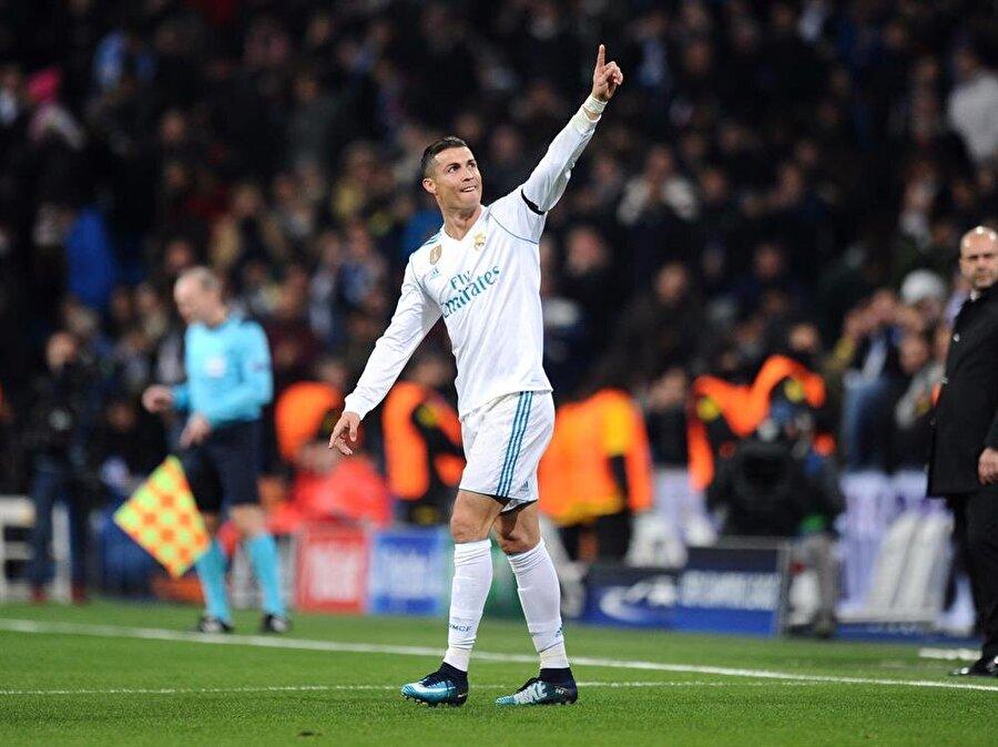 Forma tercihi                                                                           Ronaldo'yu yakından takip edenlerin gözlerinden kaçmayan bir detay ise ünlü futbolcunun genellikle uzun kollu forma tercih ediyor olması… Ronaldo'nun kısa kollu forma ile sahaya çıkması son derece az rastlanan bir durum.