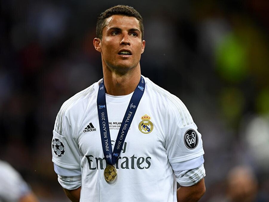 En sevdiği oyun                                                                           Ronaldo'nun içindeki çocuk halen 'Ben buradayım' diyor. Ronaldo futbolun yanı sıra çocukluğundan bu yana başka bir top oyunu da oynuyor. Yanına bir çuval dolusu topu alan Ronaldo, karşısında duran küçük vazoya topları sokmaya çalışıyor. Portekizli futbolcuya bu oyununda kimi zaman çocukları kimi zaman da hayat arkadaşı eşlik ediyor.