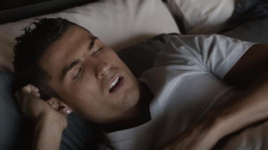 Uyku önemli                                                                           Profesyonel anlamda spor yapan bireyler için uyku son derece kıymetli. Cristiano Ronaldo da bu durumun farkında. Bu nedenle yıldız futbolcunun bir uyku koçu var ve söz konusu kişi onun uyku takvimini düzenliyor.