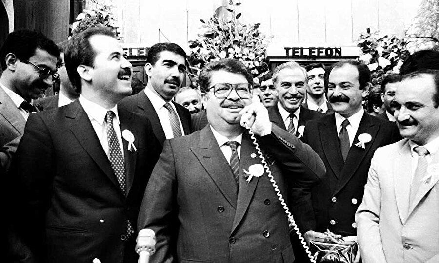 Turgut Özal, 12 Eylül 1980 askerî müdahalesinden sonra kurulan hükûmete ekonomik işlerden sorumlu Başbakan Yardımcısı olarak atandı. 1982 yılında bu görevinden istifa etti. 1983 yılında Anavatan Partisi'ni kurdu ve aynı yıl yapılan genel seçimlerde partisinin birinci gelmesi üzerine hükümeti kurmakla görevlendirildi ve Türkiye Cumhuriyeti'nin 19. Başbakanı oldu. 1987 seçimleri sonrasında tekrar hükümet kurdu ve başbakan olarak görev yaptı.