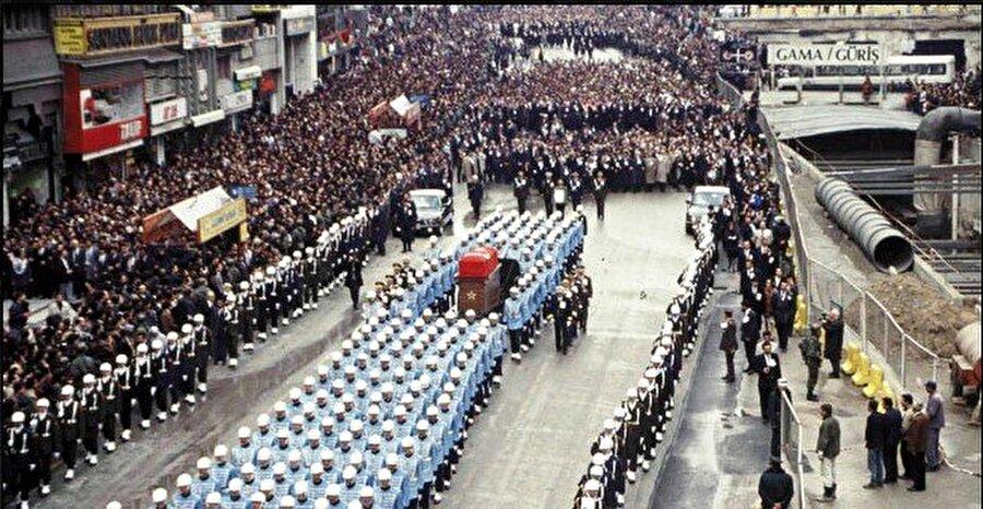 Turgut Özal, 17 Nisan 1993 günü geçirdiği bir rahatsızlık sonucu görevi sırasında vefat etti. Özal'ın cenaze törenine Türkiye içi ve dışından yüz binlerce kişi akın etti. Binlerce kişinin tekbir ve duaları eşliğinde top arabasına konan tabut Kocatepe Camii'ne götürüldü ve kılınan namazın ardından Esenboğa Havalimanı'ndan Dicle uçağı ile İstanbul'a gönderildi.