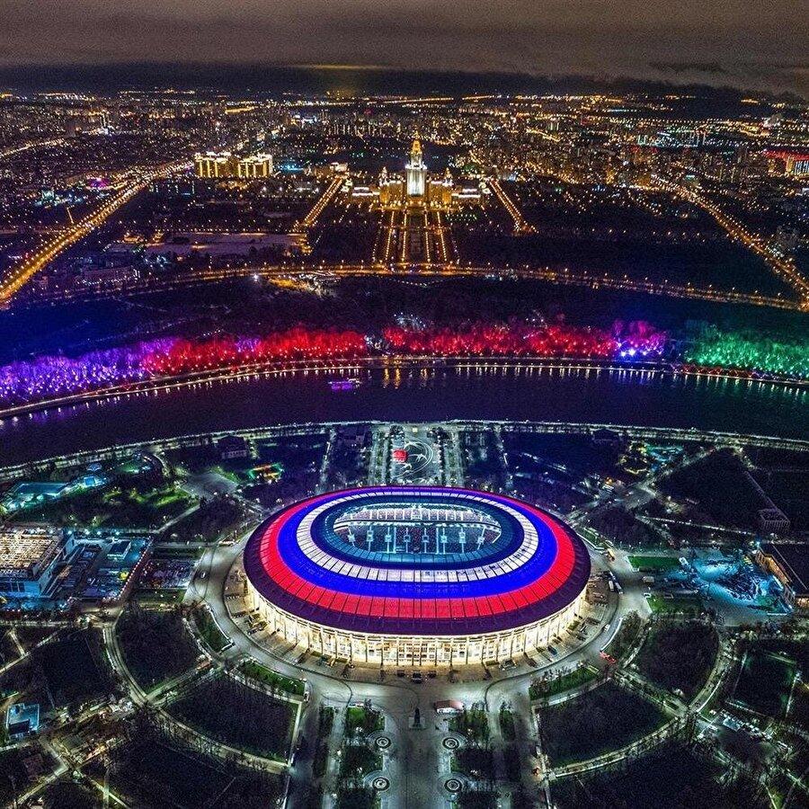 Luzhniki Stadyumu                                                                           Şehir: MoskovaKapasite: 80.000     Oynanacak maçlar:      14 Haziran 2018 / A Grubu     Rusya-Suudi Arabistan     17 Haziran / F Grubu     Almanya-Meksika20 Haziran / B Grubu     Portekiz-Fas     26 Haziran / C Grubu     Danimarka-Fransa     1 Temmuz1B-2A     11 Temmuz      Yarı Final     15 TemmuzFinal