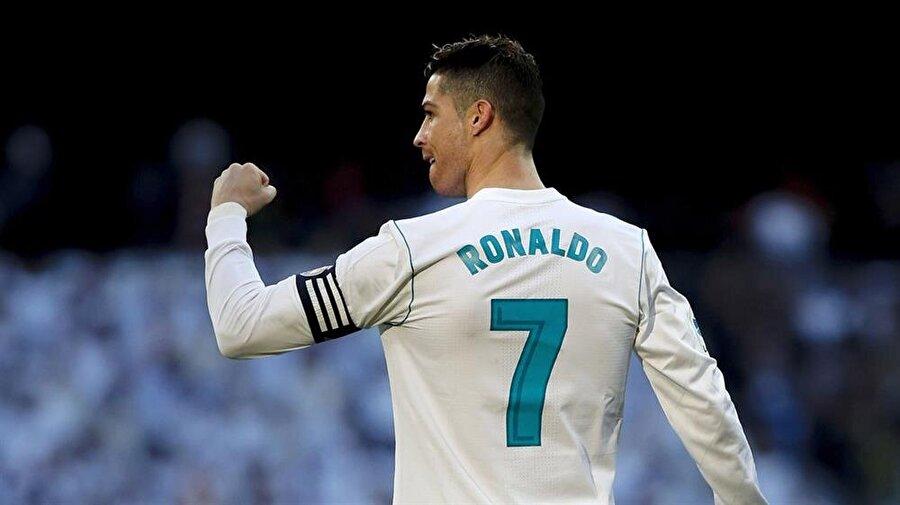 """Ronaldo / Mükemmelliğe Giden Yol                                      """"Atılan bir gol küçücük bir çocuğun hayatını nasıl değiştirebilir ki?"""" diyorsanız; yapmanız gereken ilk şey Ronaldo'nun biyografisini satın almak."""
