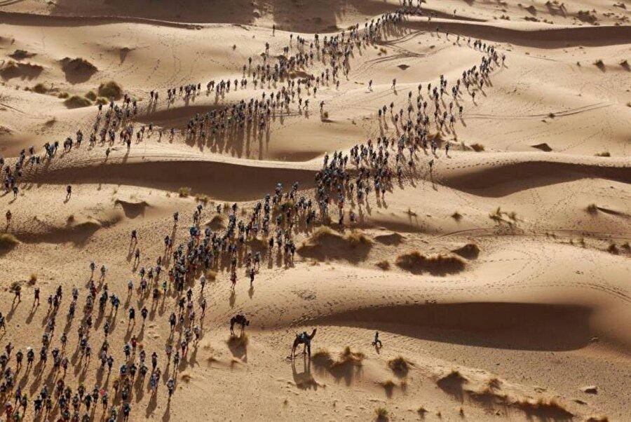 Sahra Çölü'nde gerçekleştirilen Des Sables Maratonu sırasında çekilen harika bir kare...