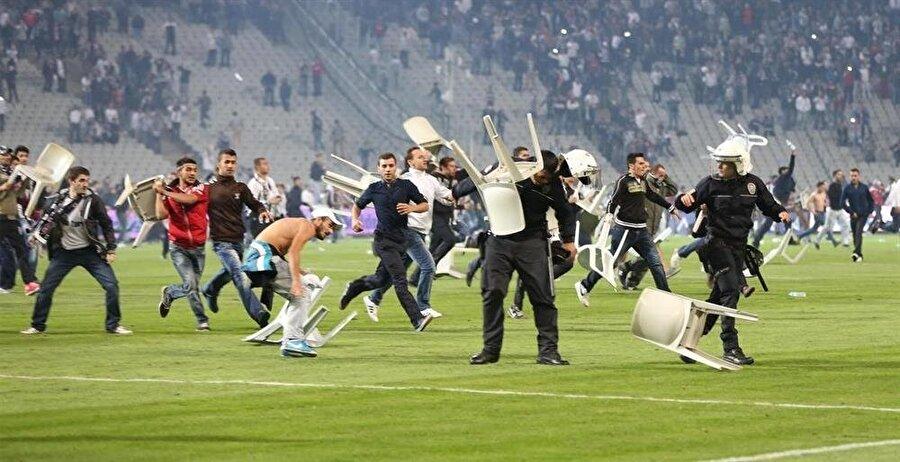 Beşiktaş-Galatasaray / 22 Eylül 2013                                      22 Eylül 2013'te Beşiktaş ile Galatasaray Atatürk Olimpiyat Stadı'nda karşı karşıya geldi. Mücadele 2-1 Galatasaray üstünlüğüyle devam ederken; taraftarlar sahaya girdi. Müsabaka 93. dakikada tatil edildi. Beşiktaş taraftarının sahaya akın ettiği mücadelenin ardından Türkiye Futbol Federasyonu siyah-beyazlı takımın 3-0 hükmen mağlup ilan edildiğini duyurdu.