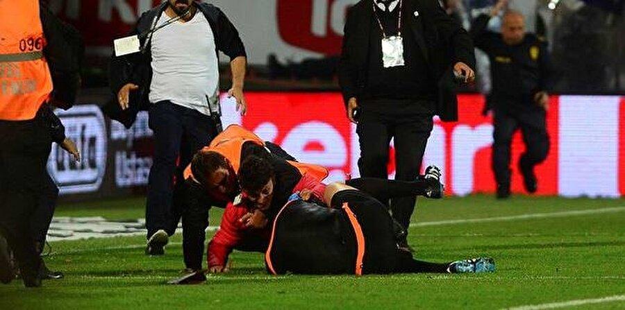 Trabzonspor-Fenerbahçe / 24 Nisan 2016                                      24 Nisan 2016'da Trabzonspor ile Fenerbahçe lig maçında Avni Aker'de karşı karşıya geldi. Bordo-mavili taraftarların sahaya yabancı cisim yağdırdığı mücadelede bir taraftar yardımcı hakem Volkan Bayarslan'a saldırdı. Bunun üzerine hakem Bülent Yıldırım maçı 89. dakikada tatil etti. Federasyon mücadeleyi hükmen 4-0 Trabzonspor'un kaybettiğini açıkladı.