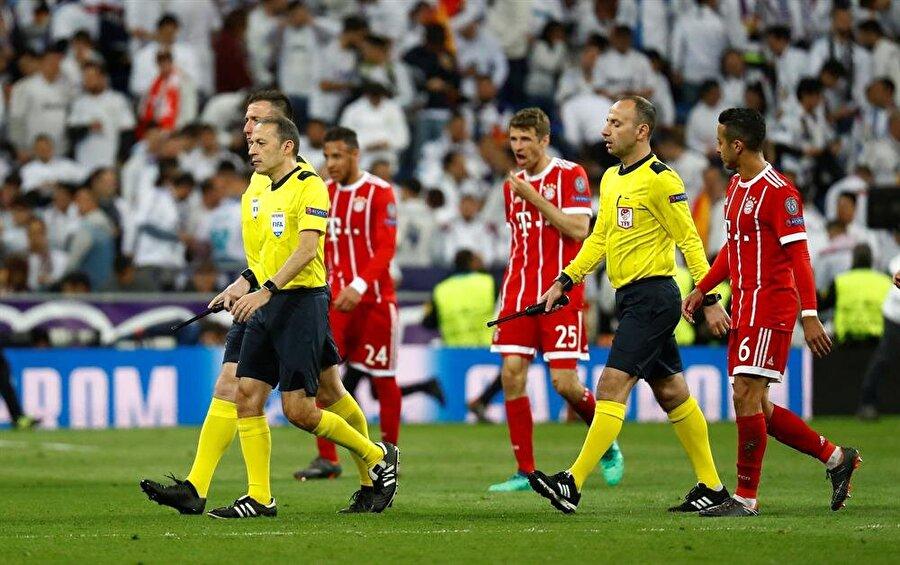 Kicker  Bayern Münih ilk yarının uzatma dakikalarında büyük şansızlık yaşadı. Cüneyt Çakır Marcelo'nun elle oynamasını penaltı olarak değerlendirmedi.
