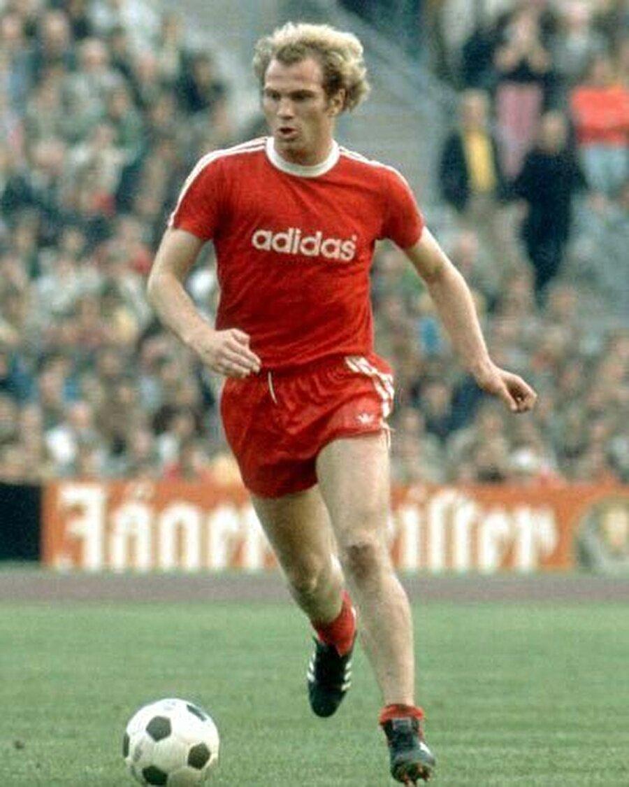 250 maç 86 gol 1970 yılında Uli Hoeness, Bayern Münih'e transfer oldu. Bayern Münih formasını 9 sene terleten Uli Hoeness 250 Bundesliga maçına çıktı ve 86 gol kaydetti.