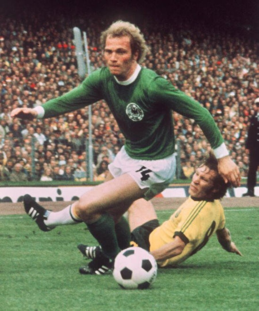 27 yaşında emekli oldu Sağ kanatta görev alan Uli Hoeness 27 yaşında talihsiz bir diz sakatlığı yaşadı. Bu sakatlık Uli Hoeness'in gelecek planlarını alt üst etti. Batı Almanya Milli Takımı forması da giyen Hoeness, 1979'da futbolu bıraktı.
