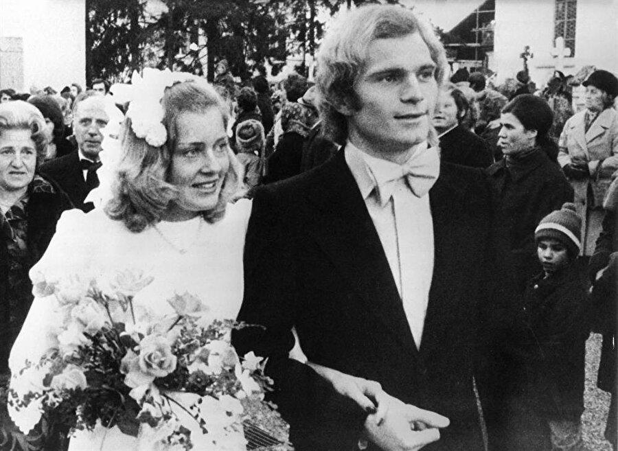 1973 yılından bu ya 1973 yılında yaşamanı Susanne Hoeness ile birleştiren Bayern Münihli eski futbolcu, hiçbir zaman meşin yuvarlağın peşinde koşmaktan vazgeçmedi.