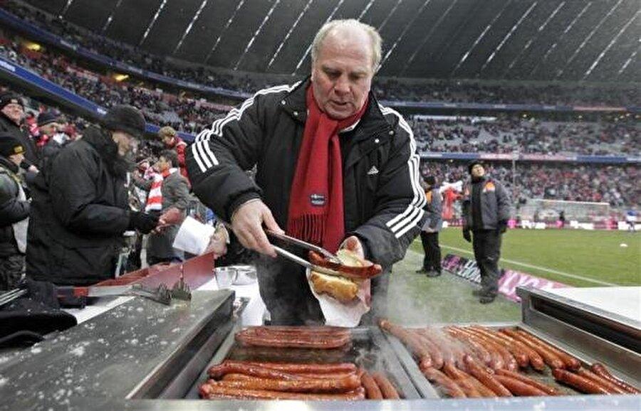 Bayern Münih'e aşık olan Hoeness aynı zamanda renkli kişiliğiyle tanınıyor. Kimi zaman statta taraftarlar için mangal yakan Hooness kimi zaman Arena içindeki restoranda kasaya bakıyor (!)