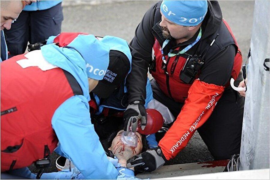 Nodar Kumaritashvili                                      25 Kasım 1988 doğumlu Gürcü kızakçı Nodar Kumaritashvili, 12 Şubat 2010'da Kanada Vancouver'de gerçekleşen 2010 Kış Oyunları'nda yaşama gözlerini yumdu. Oyunların ilk gününde yaptığı idman sırasında sırtüstü sürat kızağıyla saatte 143.3 kilometre hıza ulaşan Kumaritaşvili başını demir bir çubuğa vurdu. Yapılan tüm müdahalelere rağmen Gürcü sporcu 21 yaşında vefat etti.