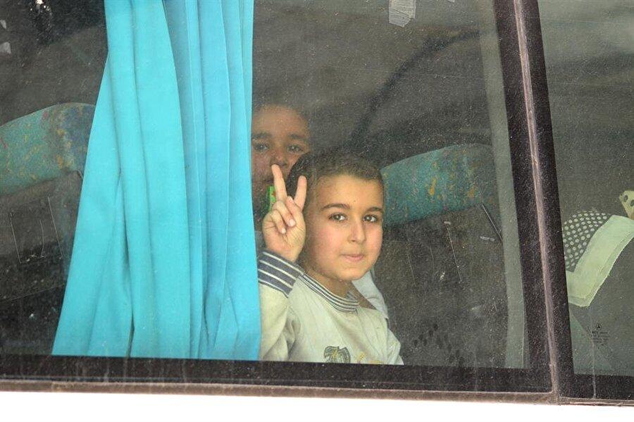 Yermük'ten tahliyeler başladı                                                                                                                                                     Suriye'de ağırlıklı olarak Filistinli mültecilerin barındığı Yermük Kampı'nda muhaliflerin kontrolündeki alandan ikinci tahliye konvoyu ülkenin kuzeyindeki Fırat Kalkanı Harekatı bölgesine doğru yola çıktı.  Beşşar Esed rejimi ile Rusya aracılığında yapılan müzakereler sonucu, Şam'ın güneyindeki Yermük Kampı'nın Özgür Suriye Ordusu (ÖSO) kontrolündeki kısmından zorunlu tahliyeler için 29 Nisan'da anlaşmaya varılmıştıYerel kaynaklardan alınan bilgiye göre Yermük kampında muhaliflerin kontrolündeki Yelde, Bebbile ve Beyt Sahim yerleşimlerinden 13 otobüslük ikinci tahliye konvoyu Fırat Kalkanı Bölgesi'ne doğru hareket etti. ÖSO mensupları ve ailelerini taşıyan konvoyda 615 kişi yer alıyor. Yermük Kampı'ndan dün çıkan ilk tahliye konvoyundaki bin 643 kişi sabah saatlerinde Fırat Kalkanı Harekatı bölgesindeki Bab ilçesine giriş yapmıştı. Anlaşma kapsamında Yermük Kampı'ndan yaklaşık 17 bin kişinin tahliye edilmesi bekleniyor.