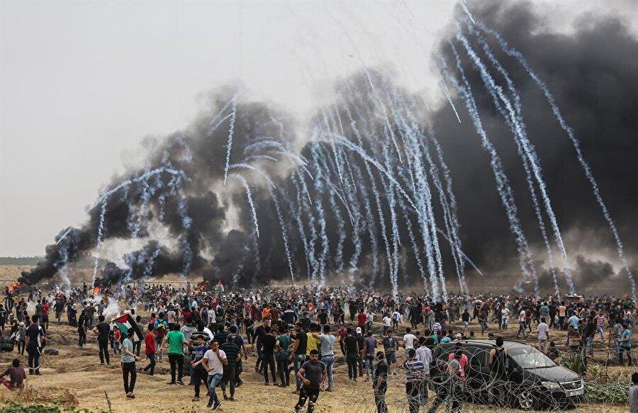 """Büyük Dönüş Yürüşü'nde 6. cuma                                                                                                                                                     İsrail ablukası altında 2006'dan beri büyük bir insani kriz yaşayan Gazze Şeridi'ndeki binlerce Filistinli, 30 Mart'tan bu yana devam eden barışçıl Büyük Dönüş Yürüyüşü gösterileri kapsamında bugün de sınırda toplandı. Filistinli aktivistler tarafından """"Filistinli İşçilerin Cuması"""" adı verilen Büyük Dönüş Yürüyüşü'nün altıncı cumasındaki gösterilerin en önemli adresi yine Gazze sınırı oldu. İsrail askerlerinin gerçek mermi ve orantısız güç kullanımına rağmen Gazze'deki Filistinliler sınır hattındaki barışçıl gösterilerinden vazgeçmiyor.Göstericiler, İsrail'in 2006'dan bu yana Gazze'ye uyguladığı ablukanın kaldırılmasını ve 5 milyondan fazla Filistinli mültecinin İsrail'in gasbettiği topraklarına geri dönüş haklarının verilmesini talep ediyor. Önceki gösterilerde olduğu gibi protestocular cuma namazını yine sınırda kıldı. Filistinlilerin barışçıl Büyük Dönüş Yürüyüşü gösterileri Gazze sınırının 5 farklı bölgesinde devam ediyor."""