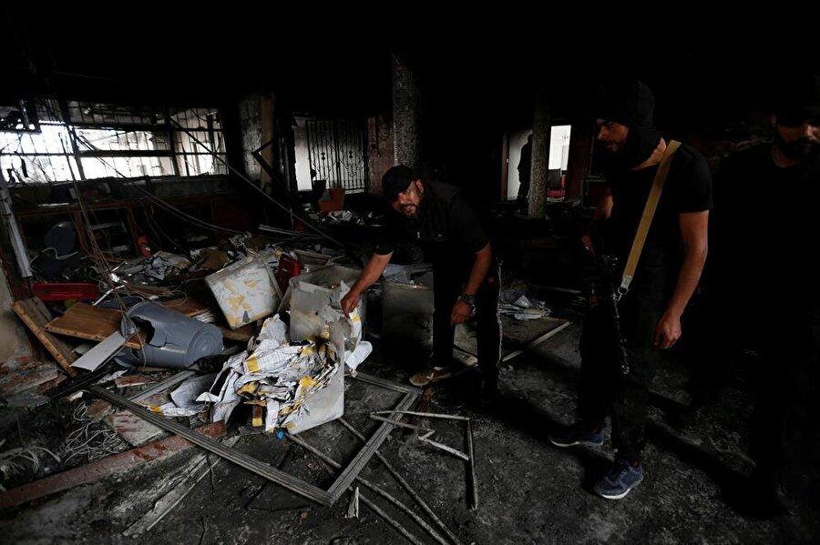 Libya'da Yüksek Seçim Kurulu'na saldırı: 15 ölü                                                                                                                                                     Libya'nın başkenti Trablus'taki Yüksek Seçim Kurulu binasını hedef alan saldırıda hayatını kaybedenlerin sayısının 15'e yükseldiği bildirildi. Trablus Sahra Hastanesi Müdürü Abduddaim er-Rabiti, AA muhabirine yaptığı açıklamada, saldırıda 15 kişinin yaşamını yitirdiğini, 19 kişinin yaralandığını belirtti. Yaralıların çeşitli hastanelere kaldırıldığını, bazılarının durumunun ağır olduğunu ifade eden Rabiti, ölü ve yaralılar arasında seçim kurulu görevlileri ile sivillerin bulunduğunu aktardı.Öte yandan Yüksek Seçim Kurulu kaynaklarına göre, saldırıyı terör örgütü DEAŞ düzenledi. Önce bir teröristin bina içinde üzerindeki bombayı infilak ettirdiği, hemen akabinde teröristlerden bir grubun da binaya silahlı saldırı düzenlediği aktarıldı. Kaynaklar, saldırı sonrasında güvenlik güçleri ile DEAŞ mensupları arasında çatışma yaşandığını ifade ederken, teröristlerin akıbeti ya da ölü sayısına onların da dahil olup olmadığı hakkında bilgi vermedi.