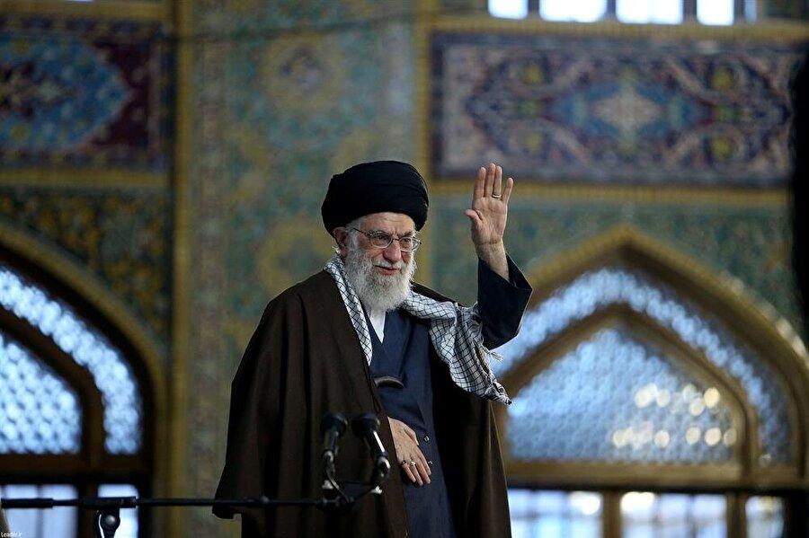 """Hamaney, ABD'yi suçladı                                                                                                                                                     İran'ın dini lideri Ali Hamaney, ABD'nin İran aleyhine ekonomik savaş yürüttüğünü söyledi. Başkent Tahran'da 1 Mayıs İşçi Günü münasebetiyle konuşan Hamaney, ABD'yi İran'a karşı ekonomik savaş yürütmek ve bölge ülkelerini İran aleyhine tahrik etmekle suçladı. İran'a yönelik ekonomik yaptırımlarıyla ön plana çıkan ABD Hazine Bakanlığını hedef alan Hamaney, """"Bugün bizim aleyhimize çalışan savaş karargâhı ABD'nin Hazine Bakanlığıdır. Düşmanlarımızın İran'la mücadele yollarından biri ekonomi, diğeri de anlayışı kıt bazı bölge ülkelerini aleyhimize tahrik etmeleridir."""" dedi.ABD'nin Müslümanları birbirleriyle savaştırmak istediğini öne süren Hamaney, Washington yönetiminin bölgede ihtilaf ve çatışma çıkarmak için İran'a karşı Suudi Arabistan'ı kışkırttığını söyledi. İran'ın bölgedeki askeri varlığına yönelik ABD'nin eleştirilerine de değinen Hamaney, İran'ın bu bölgede yer aldığını, ABD'nin buradan çekilmesi gerektiğini kaydetti."""