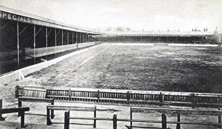 Anfield / 1884                                      Liverpool'un maçlarını oynadığı Anfield 28 Eylül 1884 yılında kapılarını açtı. 54 bin kapasiteli stat dünyanın en eski futbol merkezlerinden biridir.