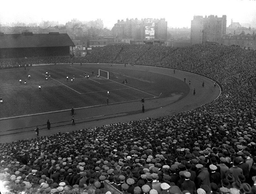 Stamford Bridge / 1877                                      Chelsea'nin stadı Stamford Bridge ise 1877 yılında hizmete açıldı. Chelsea taraftarları stadyumlarına 'Köprü' demeyi tercih ediyor.